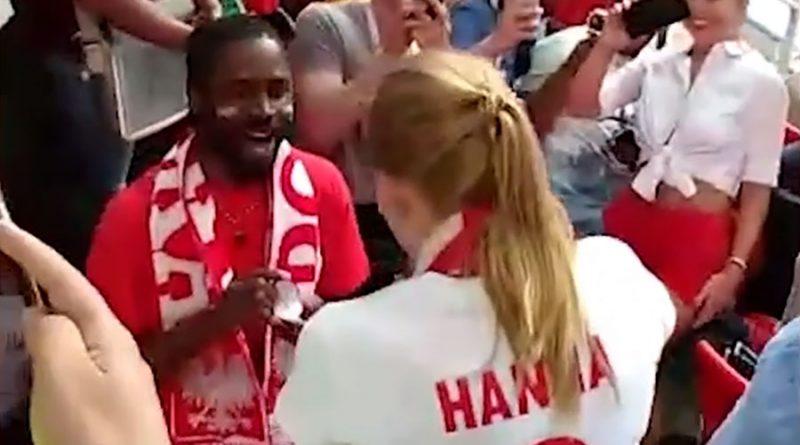 เซอร์ไพรส์! แฟน โปแลนด์ ขอสาวแต่งงานขณะเชียร์ ฟุตบอลโลก (คลิป)